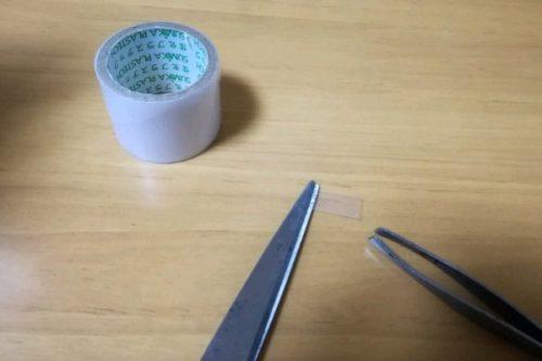 テープを貼る作業