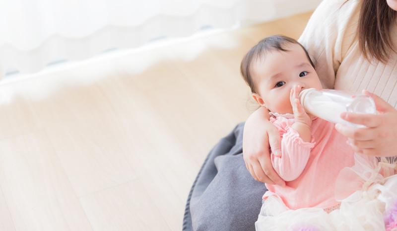 ママにミルクを飲ませてもらっている赤ちゃん